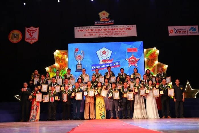 Ảnh chụp lưu niệm các doanh nhân được xứng tên của giải thưởng Sao Vàng Doanh Nhân Đất Việt
